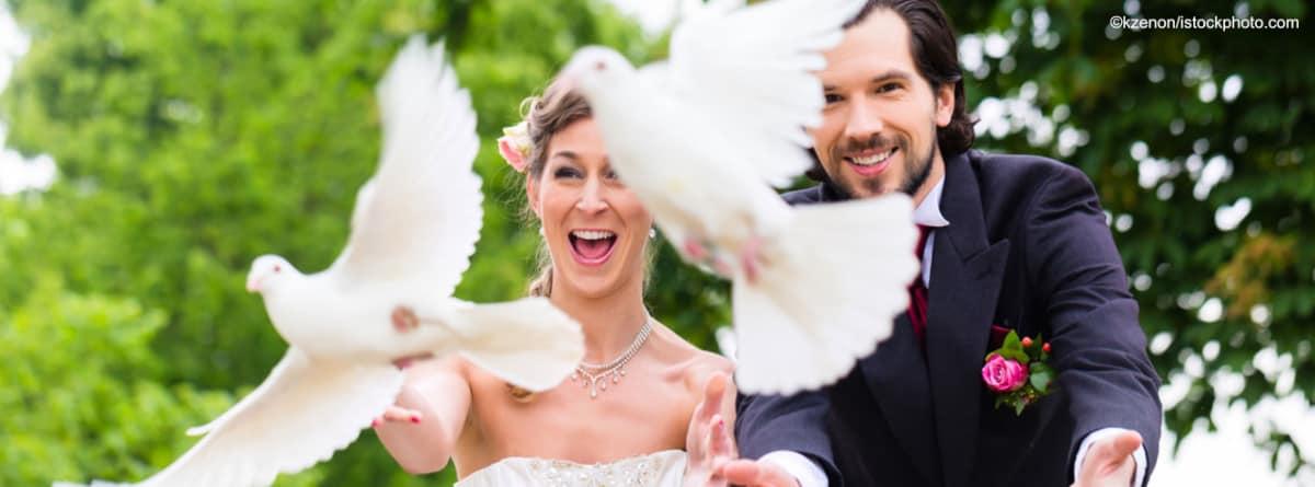 Heiraten in Dresden Brautpaar mit Tauben