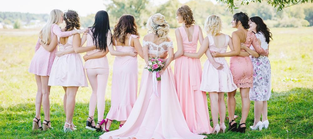 Braut und Hochzeitsgäste